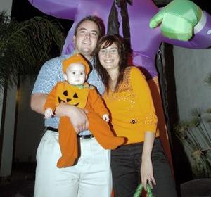 Carlos Leal, Liz Díaz de Leal con su hijita Regina.