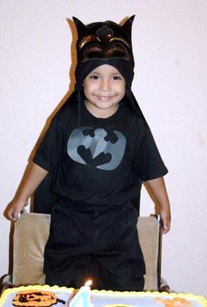 Con un divertido atuendo de Batman, el pequeño Sergio Alaín Martínez Valadez celebró su cumpleaños número cuatro.