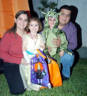 José Ángel Iza, Ludivina de Iza con sus pequeños José Ángel y Ludivina Iza de Leal.
