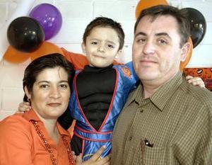Nazario López de Téllez con sus papás, Nazario López Morales y Lourdes Téllez de López, el día que celebró su sexto cumpleaños.