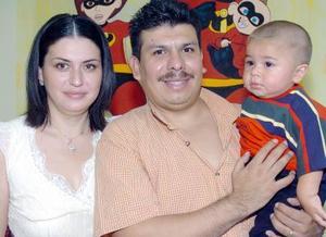 Sergio Gustavo Cruz Rivera acompañado por sus papás, Sergio Cruz y Rosy Rivera Cruz, el día de su piñata