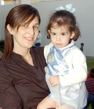 Sofía Murra Vicario, con su mamá Isabel de Murra.