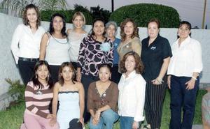 Magdalena Ríos de Alvarado recibió mútiples felicitaciones y bonitos obsequios de sus amigas, en la fiesta de canastilla que le prepararon por el cercano nacimiento de su primer bebé