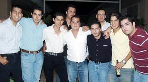Carlos Bazán López con sus amigos Bobe Nahle, Issac Nahle, Issac Díaz, Chuy Flores, Beto Flores, Christian Saldaña, Jorge Batres, Víctor Arellano y Nelson Delgado.