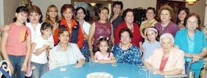 Clelia Calderón de Morales junto a invitadas a su fiesta de cumpleaños.