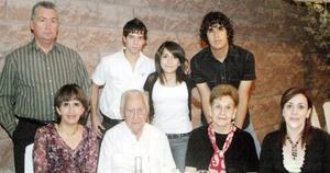 Integrantes de la familia Barrios Cázares, en una agradable fiesta.