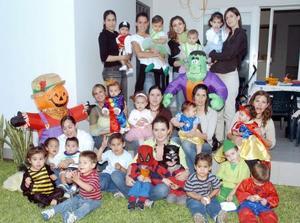 Grupo de amigas de la infancia con sus chiquitines.