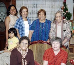 La señora Aurora Cárdenas de Alanís en el ameno convivio que le organizó du hija Elsa.