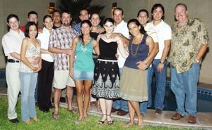 Los futuros novios, Beatriz González y Javier Fernández, estuvieron acompañados por sus amigos en una fiesta de despedida.