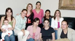 Ana Claudia Baca de Regueiro espera el nacimiento de su bebé, para los próximos días, motivo por el que fue festejada por amigas en días pasados.