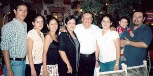 Evaristo Olague Quintero celebró sus 60 años de vida, acompañado por su esposa Laura Rodríguez y sus hijos, Édgar, Alba, Laura, José Antonio y Leonardo.