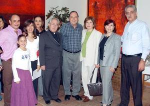 <b>07 de noviembre 2005</b><p> Mario Talamás, María Talamás, María Amparo de Talamás, el obispo de Torreón don José Guadalupe Galván Galindo, Gerardo Murra, Guadalupe de Murra, Gabriel y Maru Kort.