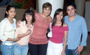 Socorro y Belia Fernández; Socorro Reyes, Fernanda Fernández y José Herrera.