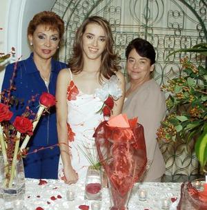 La futura novia junto a su suegra, Diana Ramírez Zúñiga y su mamá, Olivia Romo de Torres¨.
