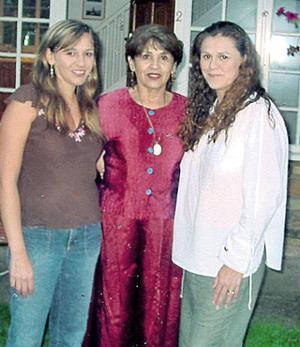 Amparo Elena Porras de Gómez con sus hijas Lourdes y Ana Cristina de Hodkinson, en pasado festejo