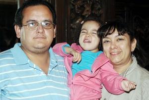 Miguel y Taide López con su pequeña Taide Michelle.