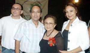 Señora Irene Martínez Rebollo, acompañada de su esposo Rogelio Rodríguez y sus hijos Rogelio y Maru.