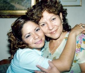 Elizabeth Maturino en compañía de su mamá Lupita Ortega, en su primera despedida.