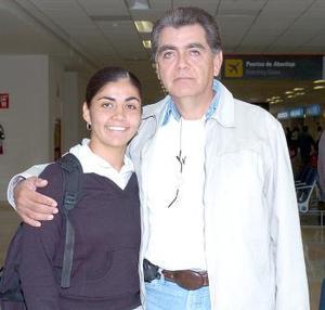 Cinthia Espinoza viajó a Cancún, la despidio Armando Espinoza