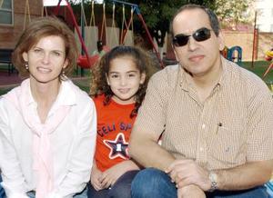 <b>09 de noviembre</b><p> Isabel con sus papás, Efraín Rocha González y su mamá, Malena Leal de Rocha.