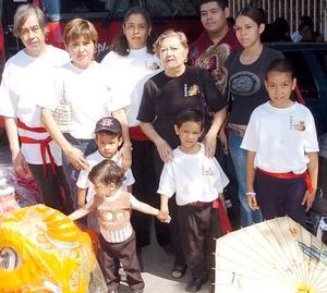 <b>08 de noviembre 2005</b><p> LIliana Sanchéz Chong, Hipólita Chong, Ciela Tea Santos, Sebastián Sánchez Chong, Jesús Tea, Emmanuel Tea, Luis C. Tea y Juan Tea Santos , en reciente convivencia
