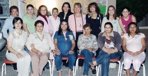 Mireya Ríos de Bañuelos acompañada por un grupo de amigas y familiares, en el festejo que le prepararon por el próximo nacimiento de su tercer bebé
