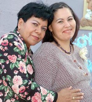 Citlaly de Moreyra espera su primer bebé y por ello su mamá, Lupita Amador Sifuentes, le ofreció una bonita fiesta de regalos.