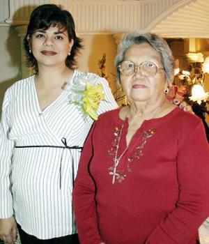 <b>09 de noviembre 2005</b><p> Marcela Bollaín y Goytia de cueto acompañada por su suegra, Ofelia Wong de Cueto, quien le organizó una fiesta de canastilla por el cercano nacimiento de su primogénito