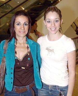 Dora Juárez de Martínez y Susy Luna.