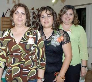 <b>07 de noviembre 2005</b><p> Ruth de la Torre recibio múltiples felicitaciones, en la despedida de soltera que le ofrecieron hace unos días Rosa Elena Carreón de De la Torre e Imelda de la torre