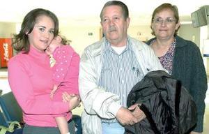 Georgina Galván viajó  con destino a Houston  y fue desepedida por sus padres.