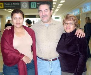<b>10 de noviembre 2005</b><p> Laura Urrutia viajó a Tijuana, la despidieron Estela Urrutia y Rodolfo Escalera.