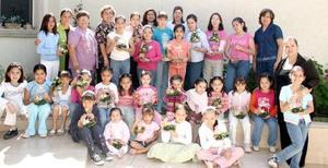 Club de Jardinería Infantil Margarita en su junta de trabajo, las acompañan sus asesoras y la presidenta de la Federación, Ángeles Balcázar.