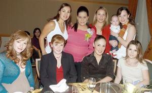 Érika  de Velázquez, Elvia, María Elena, Isadora, Brenda, Sofía y Tunie Mireles acompañaron a Anilú Sarmiento de Flores.