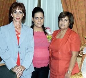 <b>10 de noviembre 2005</b><p> Las anfitrionas Luz María de Sarmiento y Carolina de Flores, junto a la festejada.