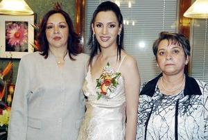 La festejada acompañada por su mamá, la Sra. Eugenia Muñiz  de Córdova  y su suegra, Guadalupe Betancourt  de Carreón.