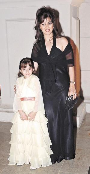 Brenda Batarse de Ruenes y su hija Sarah Ruenes.