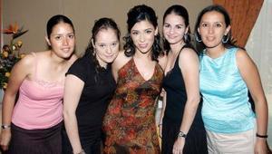 Pamela Rodríguez Venegas, en su despedida acompañada por sus amigas Marcela Anaya de Mercado, Lorena Galván, Carmen Alvarado y Valeria Ayala.