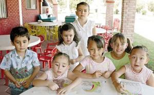 <b>11 de noviembre 2005</b><p> Samir, Paulina, Andrea, Luisa, Eugenia, Adriana y Paulina, en un convivio infantil .