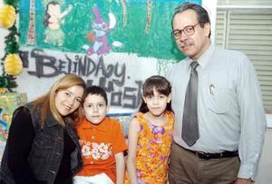 Los hermanos Joshua  y Belinda acompañados de sus papás, Silvestre Faya y Estrella Atilano de Faya.