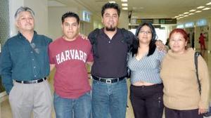 Luz Elena Galindo y Obed Silva viajaron a Tijuana, los despidieron Antonio y Gerardo Rodríguez y Agustina Silva.