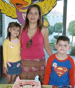 Gloria Gabriela y Luis Alejandro Valles Rodríguez acompañados por su mamá, Gloria Rodríguez de Valles, en la fiesta infantil que les ofreció su mamá.