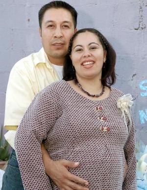 <b>12 de noviembre 2005</b><p> Citlaly de Moreyra acompañada por su esposo Óscar Moreyra, en la fiesta de canastilla que le ofrecieron recientemente.
