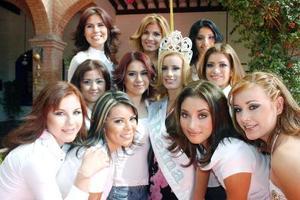 Candidatas a reina del 111 aniversario del Municipio de Lerdo , acompañadas de la actual soberana Zaira Medina Medina.