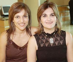 Sandra Zarzar de Faccuseh acompañada por Valeria Babún, en la reunión que se le ofreció con motivo de su cumpleaños.