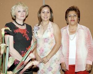 <b>14 de noviembre 2005</b><p> Leila Morales Borrego acompañada por su mamá, Rosa María Borrego y su suegra, Alicia Manifacio de Lozano