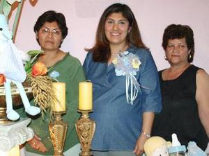 Alma Lares de Echávarri acompañada  por Soledad Marentis y Cristina Ortiz, quienes le ofrecieron una fiesta de regalos e, días pasados.