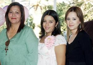 <b>13 de noviembre 2005</b><p> Selene Díaz de Saucedo espera el nacimiento de su primera bebé y por ello su mamá, Rosalba González de Díaz, le preparó una fiesta de canastilla.