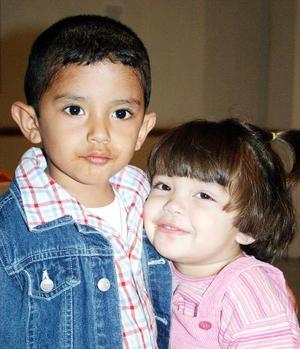 Bryan Alejandro y Andrea Marín en un convivio infantil.