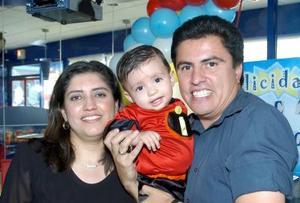 Elizabeth de Ambriz y Héctor Ambriz le ofrecieron un alegre convivio a su hijito Héctor Ambriz López por su primer año de vida.
